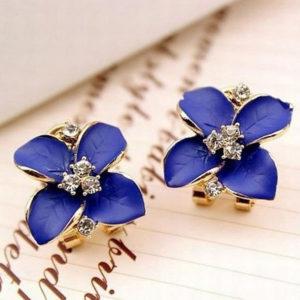 Szandra négyszirmos virágos fülbevaló kék színben